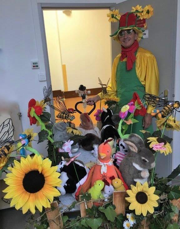 Edouard le jardinier et son chariot parsemé de fleurs et d'insectes