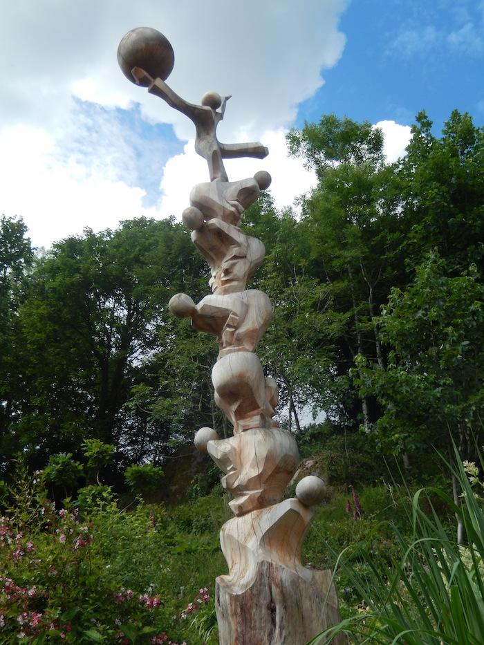 Statue sculptée dans un tronc d'arbre