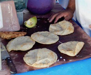 Des tortillas frits à l'huile