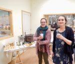 En ce premier jour de l'évènement, un vernissage réunit parents et amis autour d'un petit buffet de pâtisserie et d'un bon vin chaud dans une ambiance détendue et conviviale.